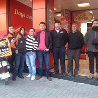 Photo taken at Pizza Pizza by Karabağlar P. on 2/23/2014