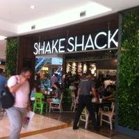 Das Foto wurde bei Shake Shack von Mohammed K. am 6/24/2013 aufgenommen