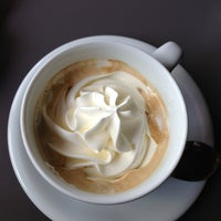 รูปภาพถ่ายที่ Engel's Coffee โดย Mircea B. เมื่อ 5/17/2013
