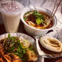 Photo prise au Xi'an Famous Foods par Zeus W. le4/25/2013
