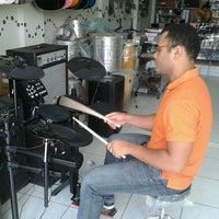 Photo taken at Papa-Léguas Instrumentos Musicais by Miquéias A. on 11/8/2013