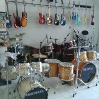 Photo taken at Papa-Léguas Instrumentos Musicais by Miquéias A. on 8/2/2013