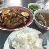 Photo taken at ร้านขาหมูวังทอง by Whacha C. on 12/15/2015