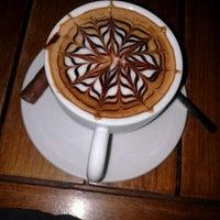 10/21/2013 tarihinde Ufuk K.ziyaretçi tarafından Hisarönü Cafe'de çekilen fotoğraf