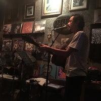 Photo prise au Adhere the 13th Blues Bar par mustafa e. le1/25/2018
