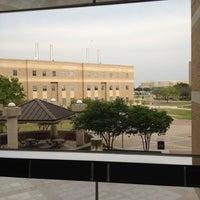 4/16/2013 tarihinde Rachel C.ziyaretçi tarafından West Campus Library (WCL)'de çekilen fotoğraf
