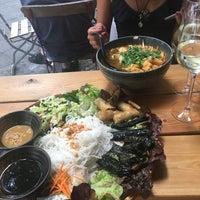 Снимок сделан в Hum vegan cuisine пользователем Miranda L. 7/30/2018
