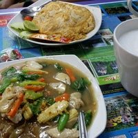 Photo taken at Thai Food Bersenang-senang by Elthiyat Ali B. on 8/25/2014