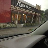 Photo taken at Pizza Hut by Michelle Karen N. on 4/19/2013