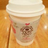 Photo taken at The Coffee Bean & Tea Leaf by Gianna Seo Yeon Y. on 6/11/2013