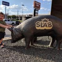 Foto tirada no(a) Slab BBQ por Cinco C. em 7/31/2018