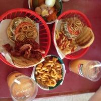 Das Foto wurde bei Ruben's Hamburgers von Rogelio R. am 6/3/2015 aufgenommen