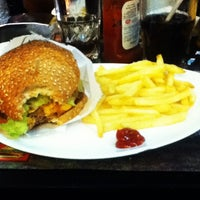 Photo taken at Eddie Fine Burgers by Barbara helena C. on 3/3/2013