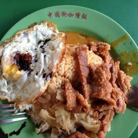 Photo taken at 中国街咖喱饭 Hainanese Curry Rice by Woof W. on 5/26/2013
