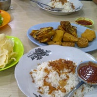Photo taken at Nasi Uduk & Ayam Goreng Toha by Wiwiek W. on 6/21/2015