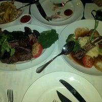 Foto tomada en Rare Steakhouse por Myrrah G. el 5/24/2013