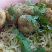 Photo taken at ลูกชิ้นปลาเล่าจึง by โดดเดี่ยวเจี๊ยวหด on 12/16/2012