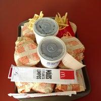 Foto tirada no(a) McDonald's por Júlia O. em 3/4/2013
