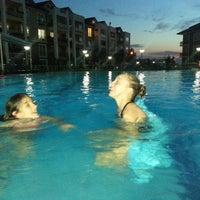 Photo taken at Mavi Yeşil Swimmingpool by Hedis on 8/8/2014