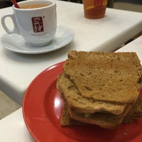 Photo taken at Ya Kun Kaya Toast 亞坤 by Jeffrey C. on 5/4/2016