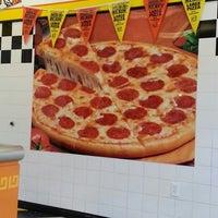 รูปภาพถ่ายที่ Little Caesars Pizza โดย Katrina เมื่อ 3/15/2013