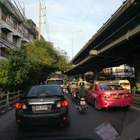 Photo taken at Khlong Tan Intersection by Piks 😑🔨😑🔨 \. on 6/12/2017