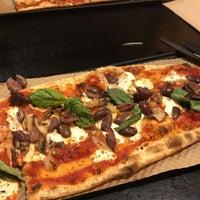 Foto tirada no(a) &pizza por Hadeel H. em 7/15/2017