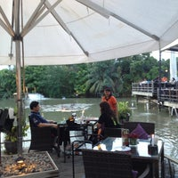 Foto scattata a Waterside Resort Restaurant da Lookllws H. il 7/14/2013