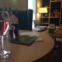 Photo taken at Holiday Inn London - Heathrow T5 by Silvia B. on 7/25/2016
