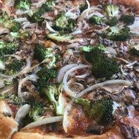 1/4/2018 tarihinde Laura W.ziyaretçi tarafından Satchel's Pizza'de çekilen fotoğraf