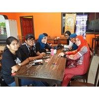 รูปภาพถ่ายที่ Selera Kampung Medan Jaya โดย Fuh D. เมื่อ 12/15/2013