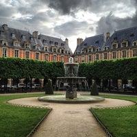 5/10/2013 tarihinde Sarah Janeziyaretçi tarafından Place des Vosges'de çekilen fotoğraf