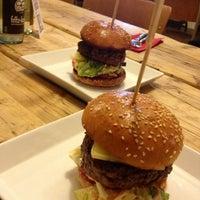 Photo taken at Richie'n Rose – Burger No.1 by Kahani on 8/15/2013