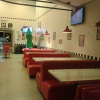 Foto tirada no(a) Cadilac American Burger por Aline Y. em 3/9/2013