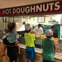 Foto tomada en Krispy Kreme Doughnuts por Jake F. el 12/14/2015