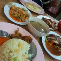 Photo taken at Nasi Ayam Hainan Chee Meng by farsya e. on 10/16/2011