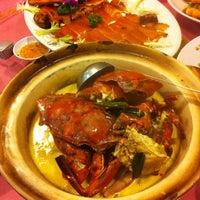 Photo taken at Restoran Hau Kee Seafood (口记海鲜楼) by Nicole L. on 1/23/2011