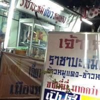 Photo taken at ราชาบะหมี่เมืองทอง by Thita P. on 7/25/2012