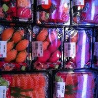 6/1/2011にTim L.がDeluxe Food Market 德昌食品市場で撮った写真