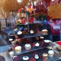 Foto tomada en Red Velvet Cupcakery por Tahnja W. el 10/15/2011