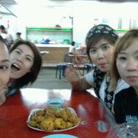 Photo taken at ขนมจีนเส้นขาว by MaMeaw N. on 10/12/2011