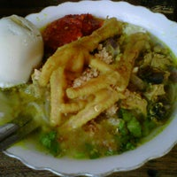 Photo taken at Soto Ayam Kenari-Sriwijaya by didirusl2474 on 9/15/2011