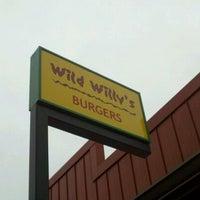 Foto tomada en Wild Willy's Burgers por Marcus J. el 12/24/2010