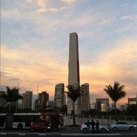 Foto tirada no(a) Obelisco Mausoléu aos Heróis de 32 por Léo R. em 11/30/2011
