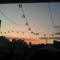 Foto tomada en Lodo's Bar And Grill por Katie E. el 9/4/2011