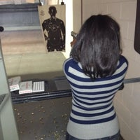 Foto tomada en The Gun Range por Elle H. el 1/2/2012