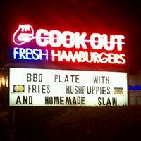 Foto tirada no(a) Cook Out por Joseph N. em 7/17/2012
