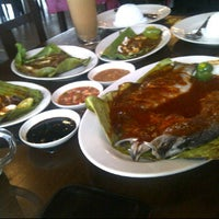 Photo taken at Restoran Sekinchan Ikan Bakar by Mr K. on 11/19/2011