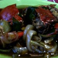Photo taken at Rumah Makan Prima spesial kepiting Comal by Sisca H. on 12/28/2011