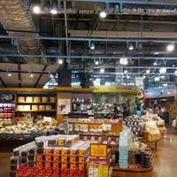 รูปภาพถ่ายที่ Whole Foods Market โดย Theron P. เมื่อ 5/20/2012